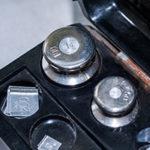 分銅を用いて計量器機を校正することでJCSS校正証明書発行が可能になる